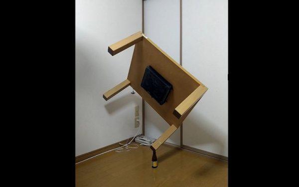 """オロナミンCにニトリのテーブルを""""立てて""""みた! 超絶的なバランス感覚に「そうはならんやろ」「物理法則おかしいよ」の声"""