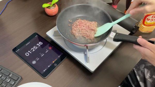 2分24秒間で完成…! ハンバーグ調理のタイムアタック、パック肉をそのまま焼く極限レシピに「成形すらないところに本気を感じる」の声