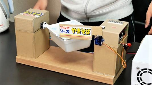 『ペヤング』の自動湯切り装置を作ってみた! 最後のオチに「大海原」「こっちの方が手間掛かるw」の声