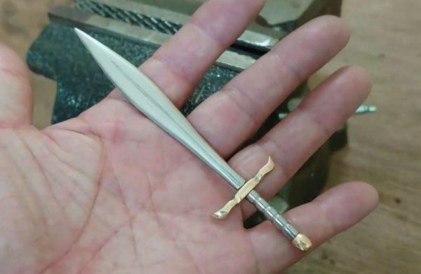 """ボルトを削り出して中世風の""""ミニチュアソード""""が完成! 小さなパーツをコツコツと作り上げ「いいね」「金属加工って面白い」"""