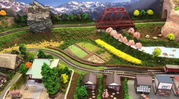 """コンパクトなZゲージ鉄道模型を作ってみた 百均材料と無料のペーパークラフトを活用して""""机の上で楽しめる""""レイアウトが完成!"""