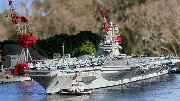 米海軍空母ロナルド・レーガンの横須賀入港シーンをプロモデラーがジオラマで再現! 空撮写真のような完成度の高さに「すげー」と賞賛のコメント集まる