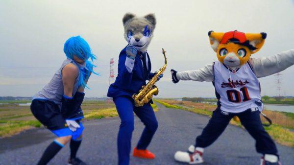 サックスを吹く狼に、バク転する初音ミク…「わんにゃんパーク」のダンスがめっちゃ楽しい! 着ぐるみ&コスプレ3人組が凄技パフォーマンスを披露
