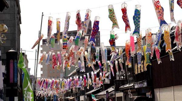 """小江戸「川越」を彩る鯉のぼり…青空のもと、レトロな街並みに""""大量の""""鮮やかな鯉が泳ぐ!"""