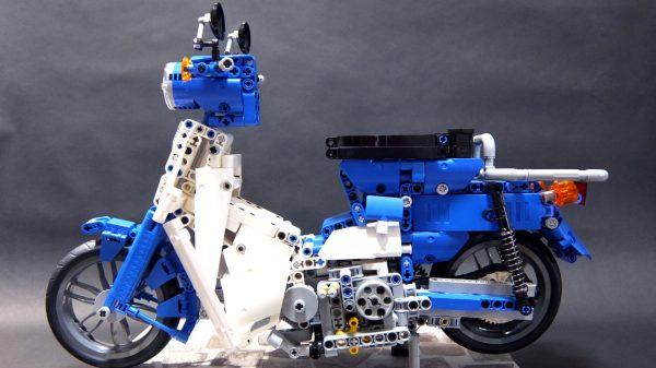 """レゴで""""空気式単気筒エンジン""""つきスーパーカブを作ってみた! 見た目だけでなく、音や振動まで再現された車体がロマンの塊"""