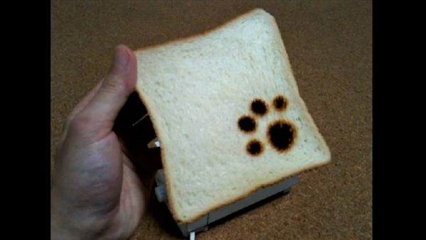 猫の肉球マークの焼跡ができるトースターを作ってみた まるで猫が踏んづけたような見た目に「猫踏んじゃったw」「すごい」など反響