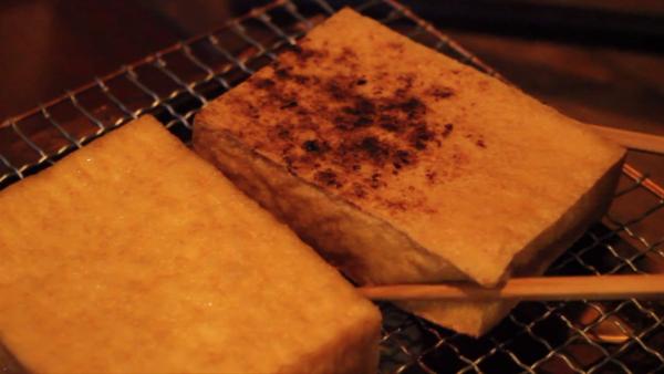"""自作火鉢で厚揚げを焼いてみた! カリっと焼けた厚揚げにチーズをちょい足しした""""最強のツマミ""""をぜひ見て欲しい"""