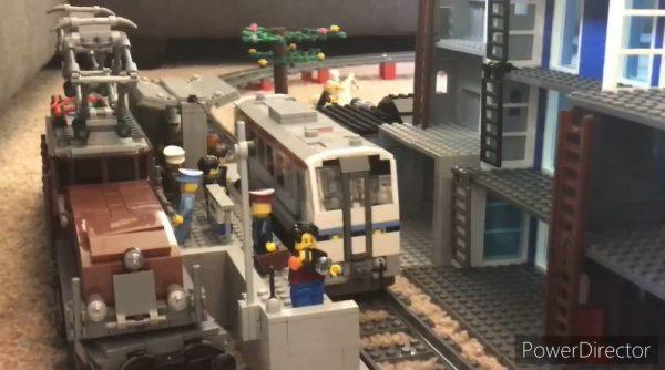 レゴで作ったJR西日本「キハ120」が、レゴの鉄橋や街並みを駆け抜ける!