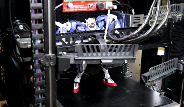 """""""ガンダムの格納庫っぽい""""3Dプリンターを自作してみた! 道具の収納を兼ねた足場がガンプラとマッチし、ジオラマのように完成"""
