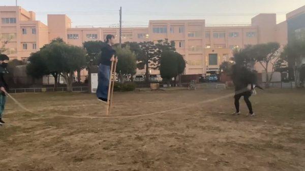 「竹馬」で「縄跳び」しながら「口笛」を吹く! 凄まじいマルチタスク芸に「なぜベストを尽くしたw」と笑い集まる