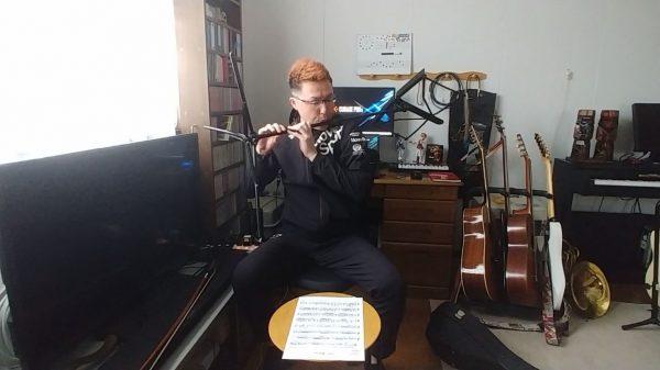"""シューベルトの『アヴェ・マリア』を""""譜面台""""で演奏してみた! 楽譜を置いていないと思ったらスッと構えて横笛に"""