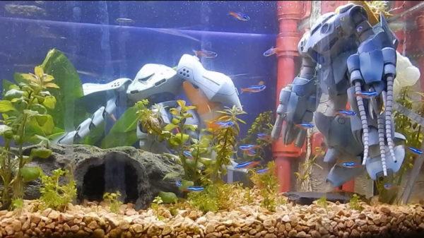 ガンプラを水槽に沈めたアクアリウム! ハイゴッグをネオンテトラが取り囲む…湾口基地の強襲をイメージしたジオラマがロマンの塊