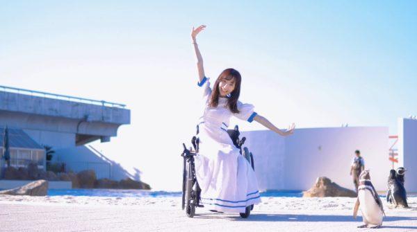 車椅子のダンサーがバリアフリーの水族館で踊ってみた!  海の生き物たちとのダンスコラボに「夏らしくて本当に素敵!」