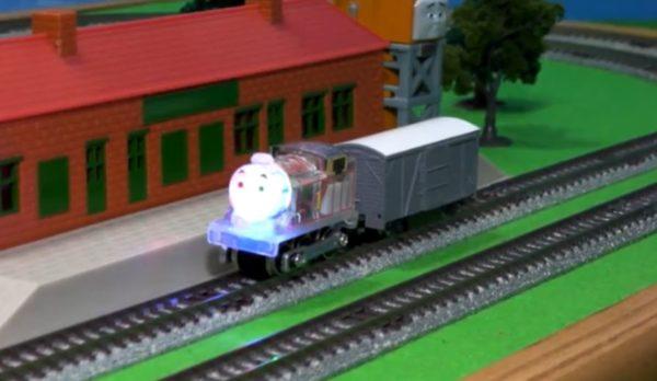 『きかんしゃトーマス』をNゲージ化&ゲーミング仕様に改造…トーマスが七色に輝きながら線路を駆け抜ける!