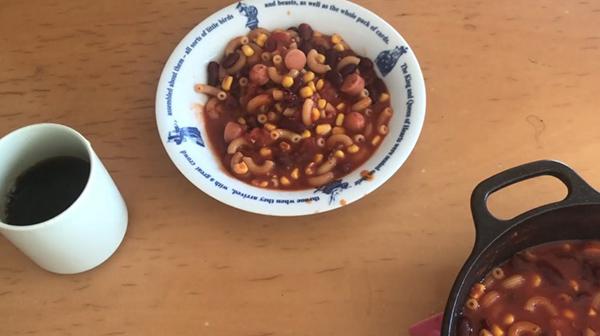 恐慌時代のアメリカで大流行した炊き出し「フーバーシチュー」を食してみる。缶詰&マカロニをたっぷり使うレシピに「美味しくないわけがない」