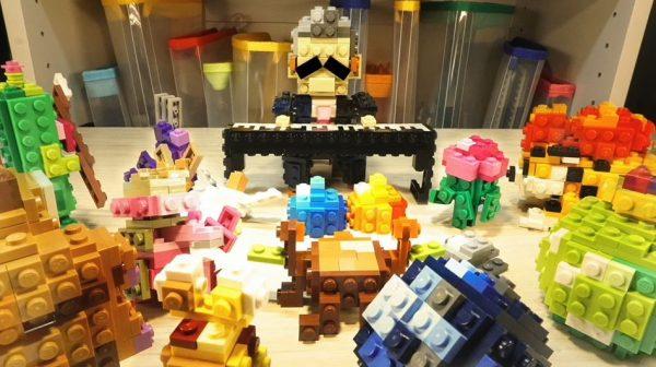 すぎやまこういち先生へ捧ぐ…レゴで『ドラクエ2』のエンディングテーマ『この道わが旅』を演奏する先生を作ってみた