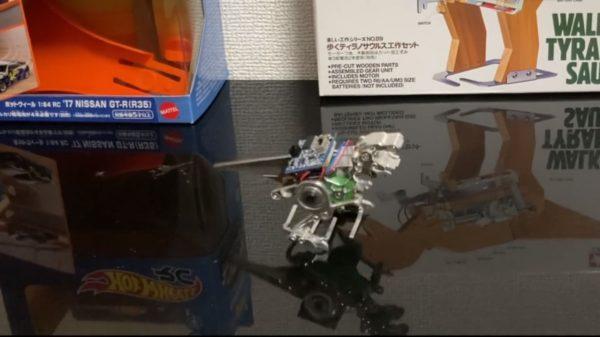 """ラジコンカーから作った""""ちっちゃい恐竜""""がめちゃかわいい! ちょこまか動き、転んでも起き上がれず足をパタパタ"""